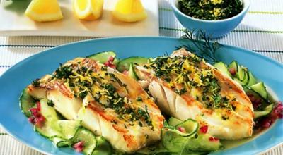 Повар отрубы филе лосося, шеф-повар готовит рыбы для приготовления.