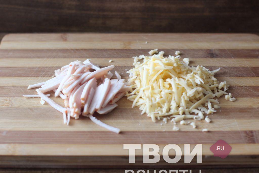 Натереть сыр на крупной терке.  Ветчину нарезать соломкой.