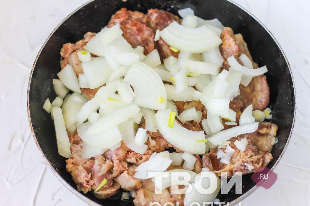 Как запечь лук на сковороде