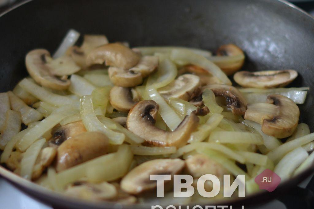 Жареные грибы с луком на сливочном масле