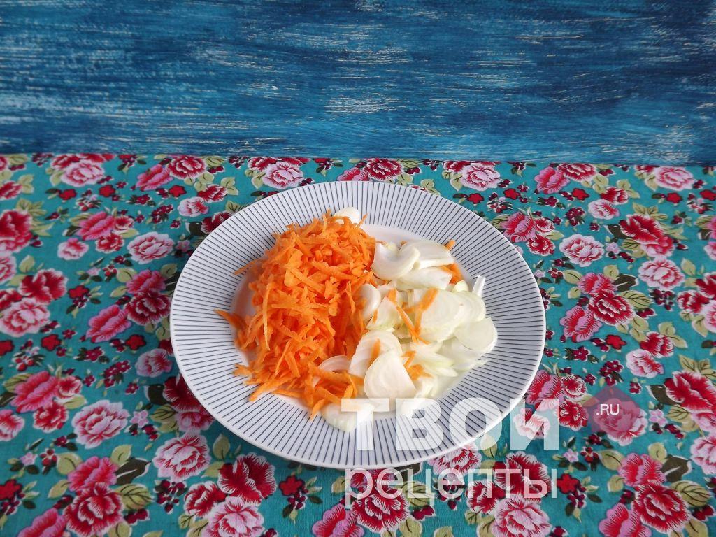 Морковь натереть на крупной терке лук