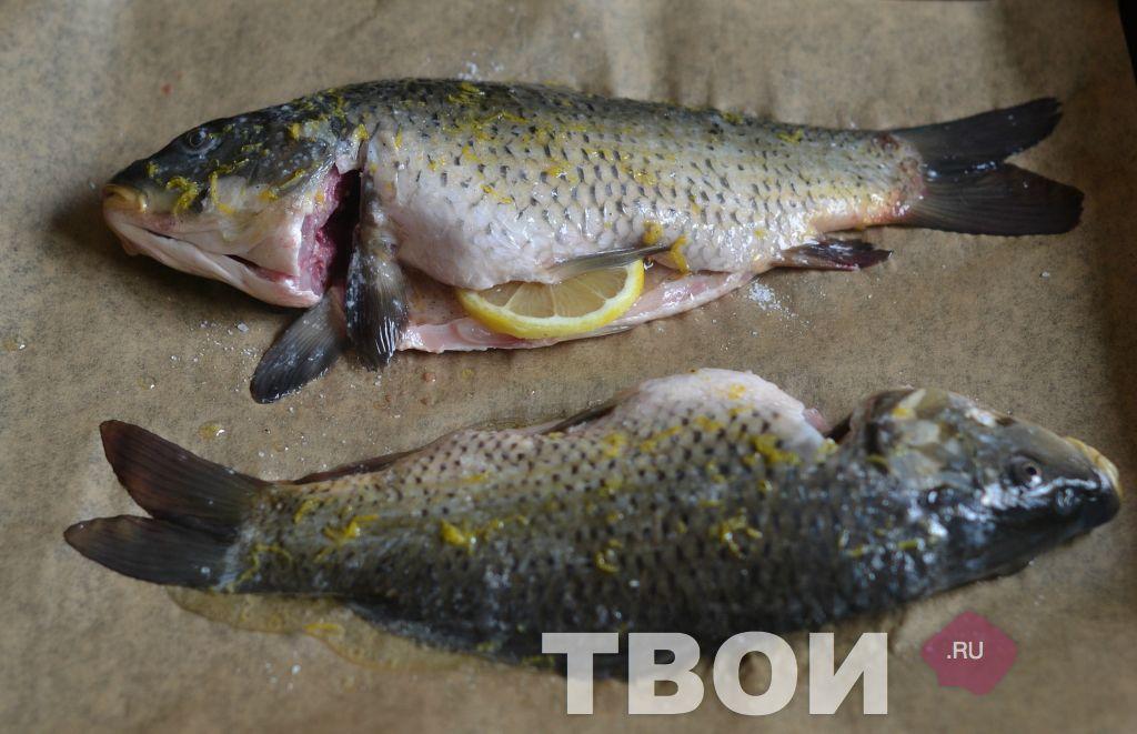 Рыбу выложить на противень положить